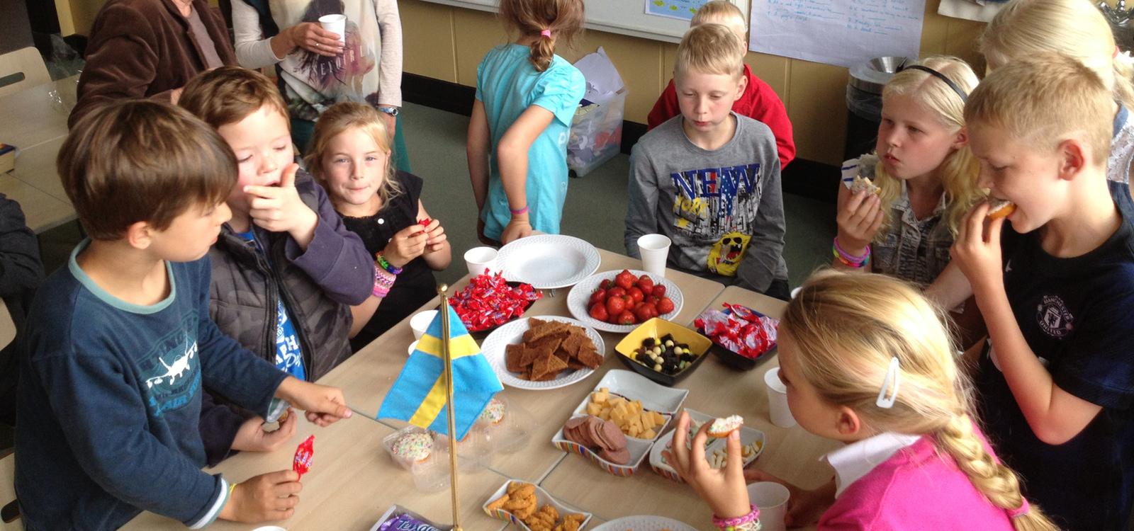 <div class='slider_caption'> <h1>Vi får stöd från Svensk Utlandsundervisnings Förening </h1><a class='slider-readmore' href='http://www.suf.c.se'>kompletterande undervisning</a> </div>